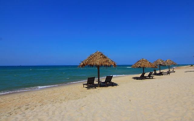 pláž, moře, lehátka, slunečníky