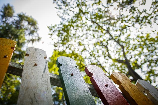 barevný plot